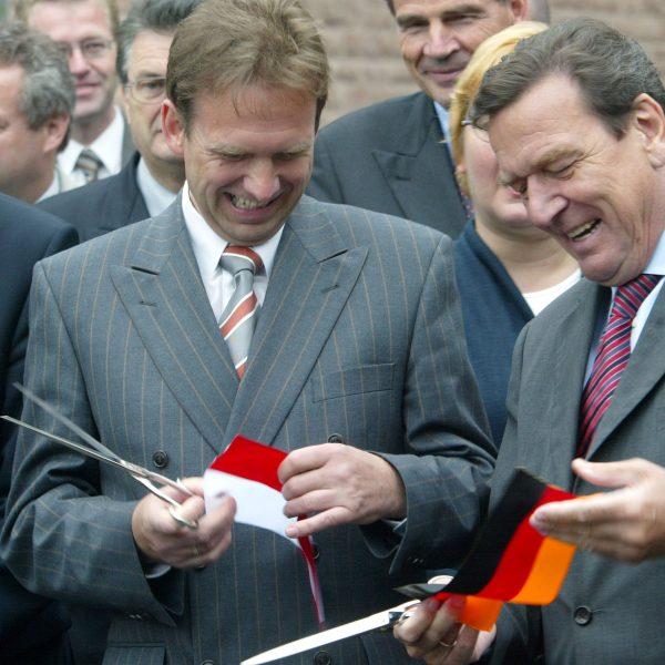 Bundeskanzler Gerhard Schröder eröffnet gemeinsam mit Thüringens Ministerpräsident Dieter Althaus den Rennsteigtunnel.