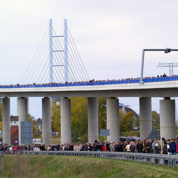 Verkehrsfreigabe der Rügenbrücke: 180.000 Menschen laufen über die Brücke
