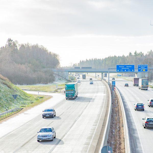Auf der A 7 in Schleswig-Holstein rollt der Verkehr.